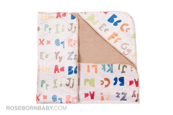 تصویر از پتو دورپیچ کلاه دار طرح حروف لاتین رنگی
